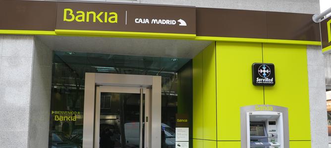 Las diferencias entre los seis bancos del IBEX 35 por oficina y empleado