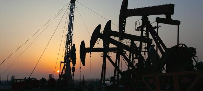 El dólar y el yuan hunden el precio del petróleo hasta los 30 dólares