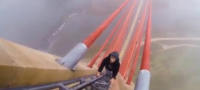La locura de dos jóvenes: escalar el puente más alto de España