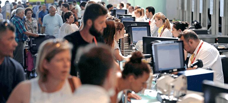 Menos colas en Vueling tras cancelar con antelación 40 vuelos