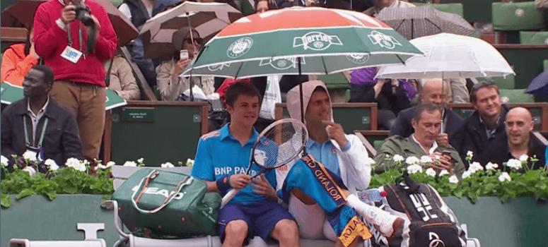 Cuando Novak Djokovic cambió la raqueta por un paragüas