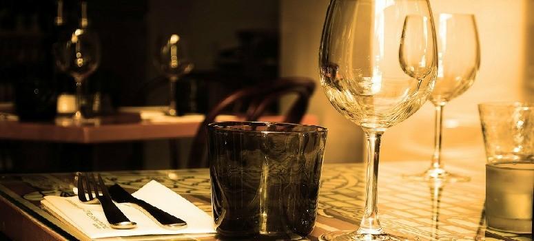 Las cuatro cosas que no pueden cobrarte en un restaurante