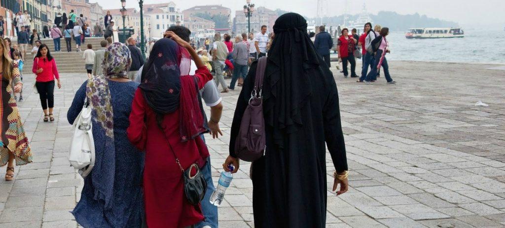 Apalizan a un imán en directo por decir que las mujeres no deben llevar velo