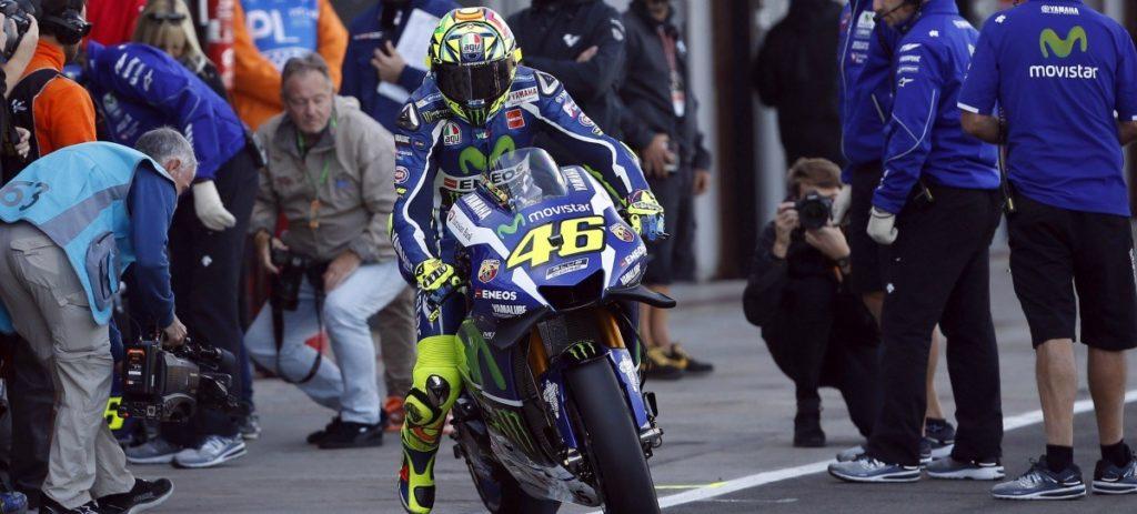 Vídeo: Rossi pega una patada a una señora en el paddock de Cheste
