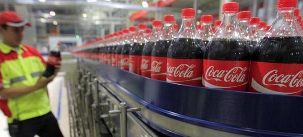 Las máquinas de una fábrica de Coca Cola se atascan con heces humanas