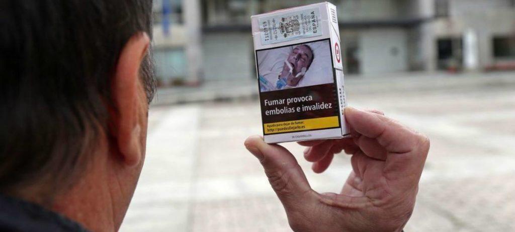 Un hombre encuentra su imagen en una advertencia de una caja de tabaco