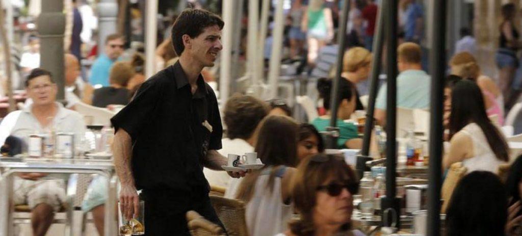 Montero Cuadrado avisa a los camareros: las propinas tributan