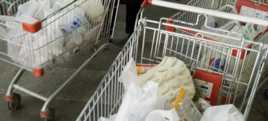 Competencia pide un impuesto para las bolsas de plástico