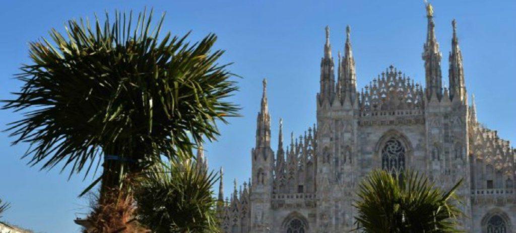 Starbucks la vuelve a liar: financia la plantación de palmeras y bananos en la Plaza del Duomo en Milán
