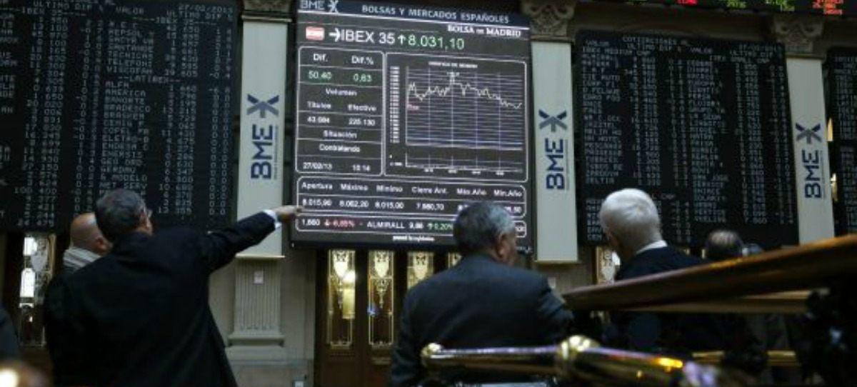 Varios inversores observan las pantallas de la Bolsa de Madrid