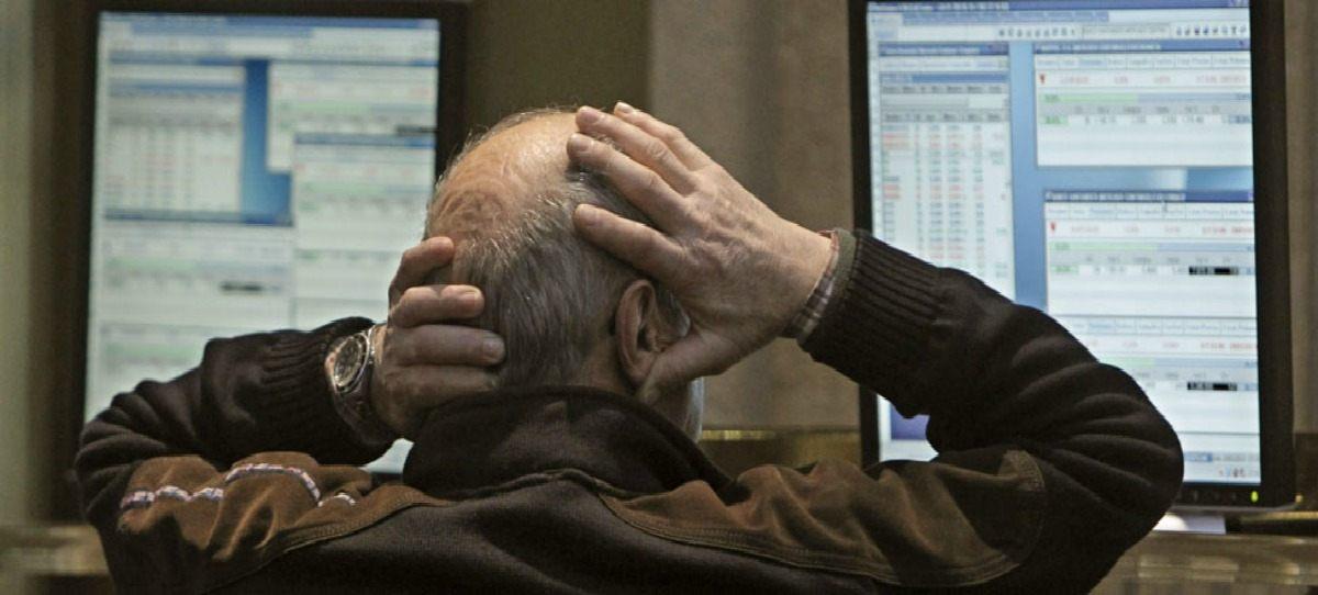 Un inversor se lamenta ante las pantallas