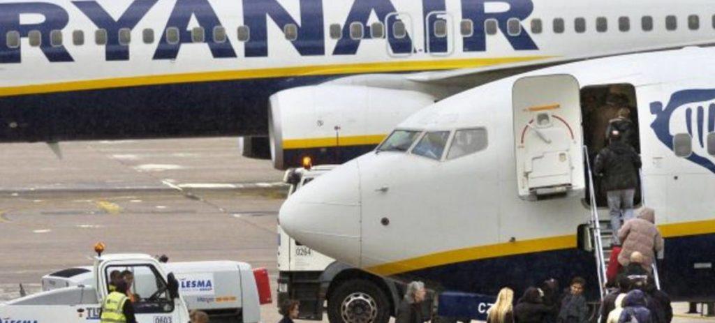 Ryanair: Los clientes sin embarque prioritario solo podrán llevar un bulto en el avión