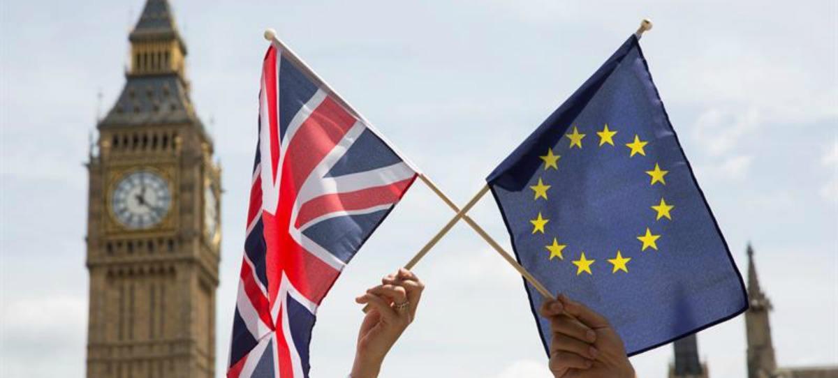 Banderas de la Unión Europea y del Reino Unido con el Big Ben de fondo