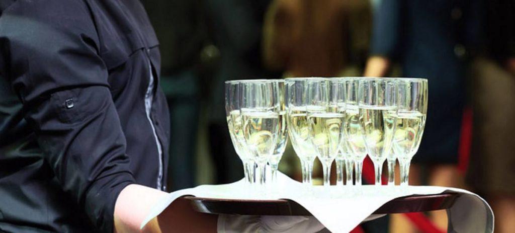 Camarero de banquetes y gestor comercial, los empleos más demandados