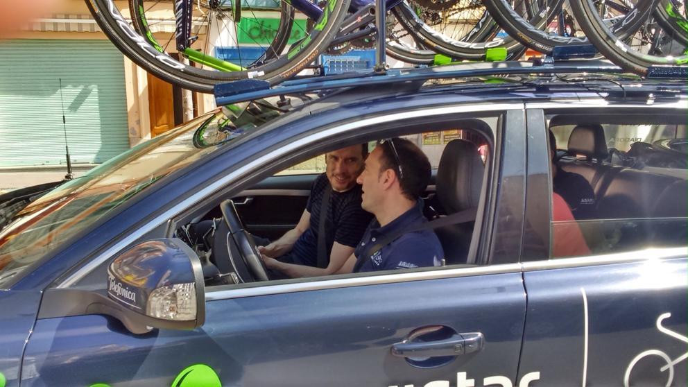 Juan Carlos Unzúe, en el coche del Movistar Team.