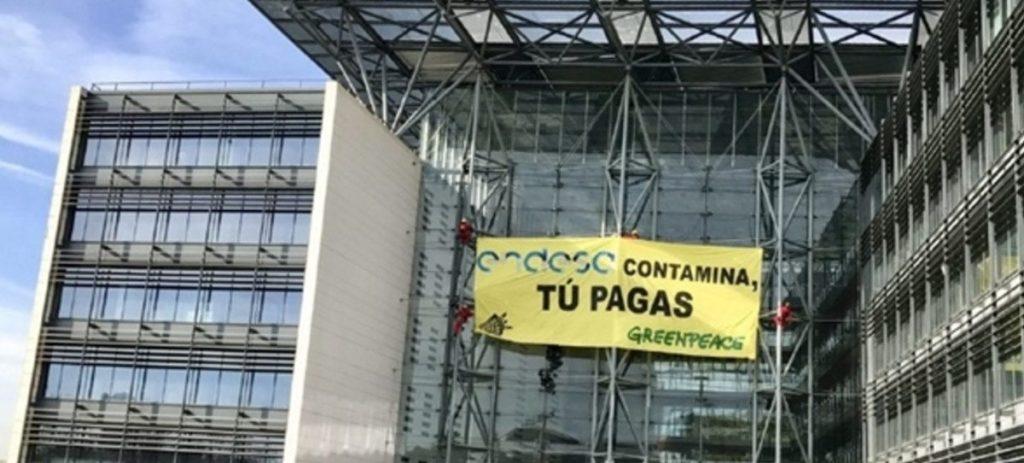 Greenpeace 'se cuelga' en las sedes de Endesa, Iberdrola y Gas Natural Fenosa