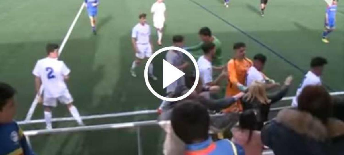 Vergonzosa pelea en el fútbol base entre aficionados y jugadores