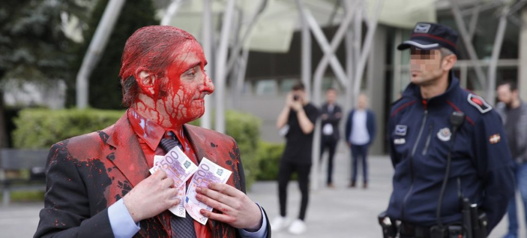 """Dinero manchado en """"sangre"""", la protesta contra el BBVA en la Junta"""