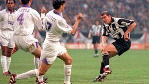 Zidane, entonces en la Juventus, ante el Real Madrid en la final de la Séptima