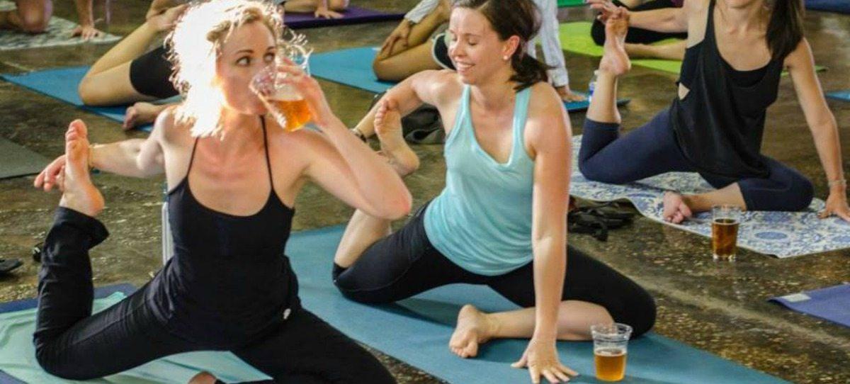 Polémica clase de yoga que combina los estiramientos con la cerveza