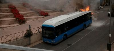 VÍDEO: Explota un autobús de la EMT a su paso por Entrevías
