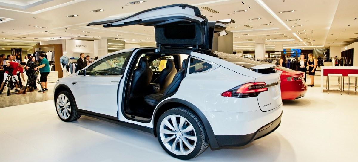 El Corte Inglés venderá coches de Tesla en tiendas temporales