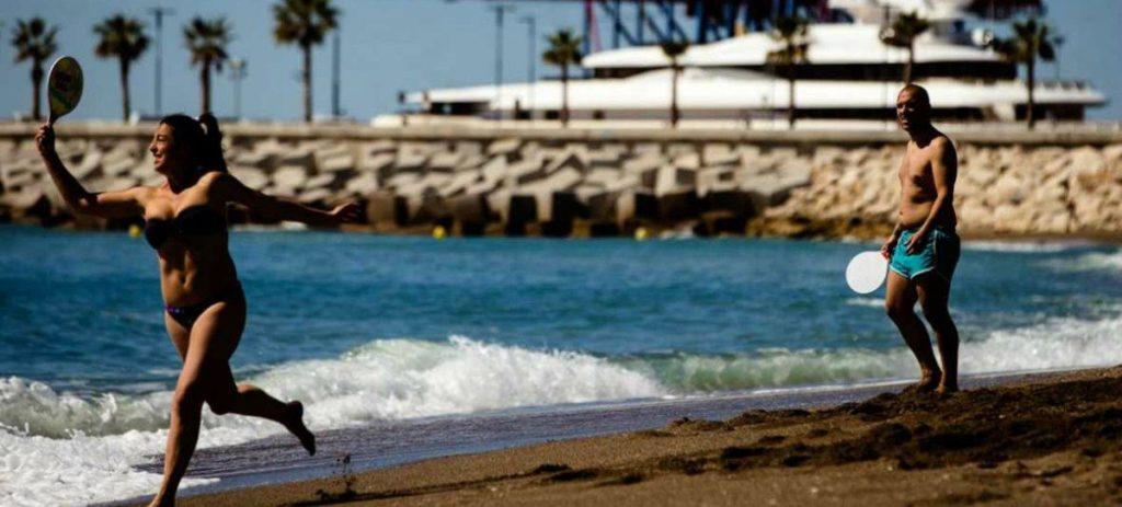 Hasta hasta 750 euros de multa por jugar a las palas en la orilla