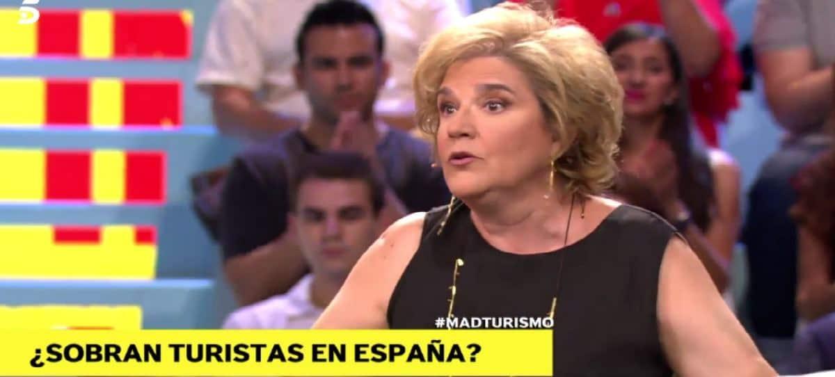 La independentista Pilar Rahola va a Telecinco exigiendo cumplir la ley, pero en el Turismo