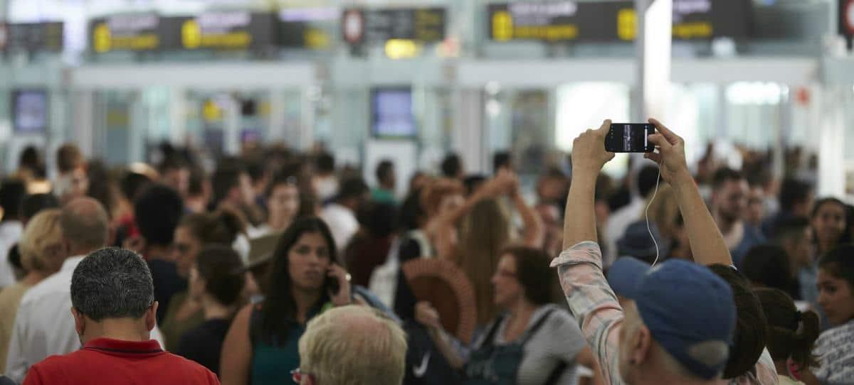 """El aeropuerto de El Prat, con """"elevado déficit"""" de controladores en verano"""