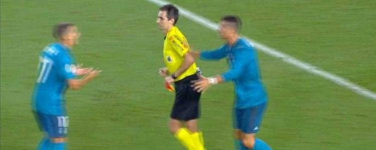 Polémica: Cristiano Ronaldo empujó al árbitro al ser expulsado
