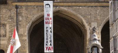 Cuelgan fotos de presos de ETA durante las fiestas de la Virgen Blanca en Vitoria