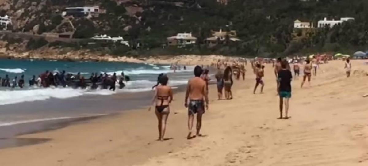 VÍDEO: Una patera llega a Zahara de los Atunes ante la mirada de los bañistas