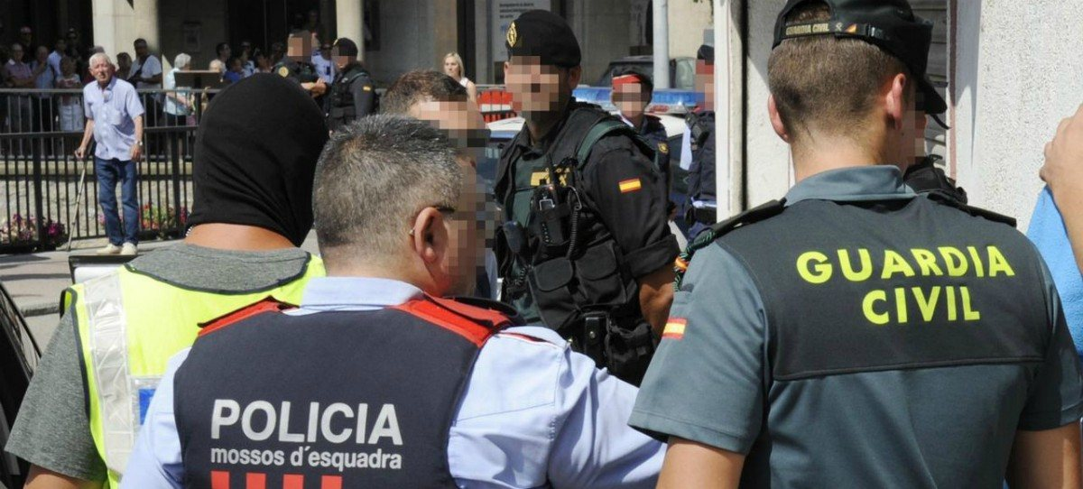 Los Mossos blindan la sede de PdeCat ante la protesta de la CUP