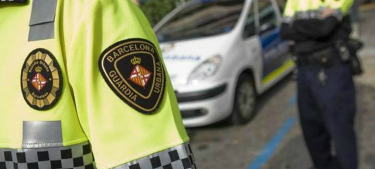 Los propios policías de Barcelona sospechan que el Ayuntamiento de Colau avisa a los manteros de las redadas