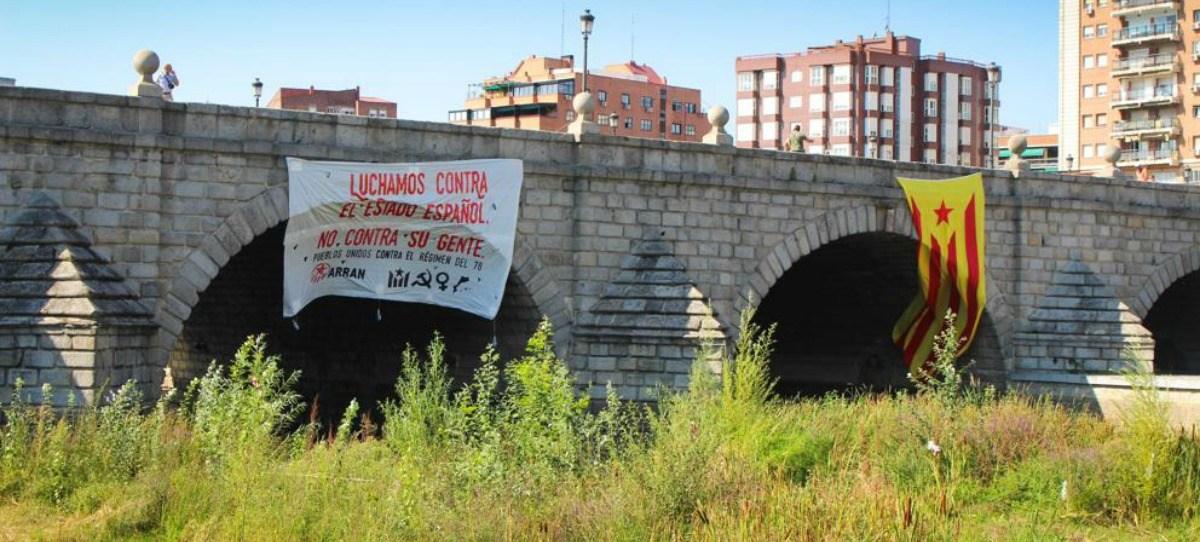 Los cachorros de la CUP despliegan una estelada gigante en un puente de Madrid