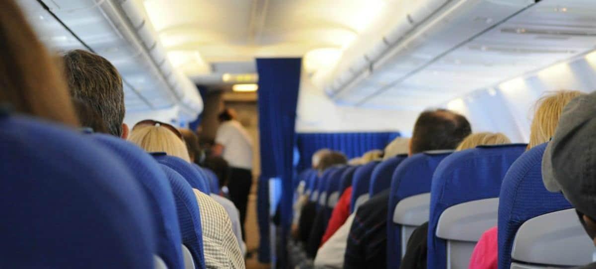 ¿Es peligroso dormir en el avión?