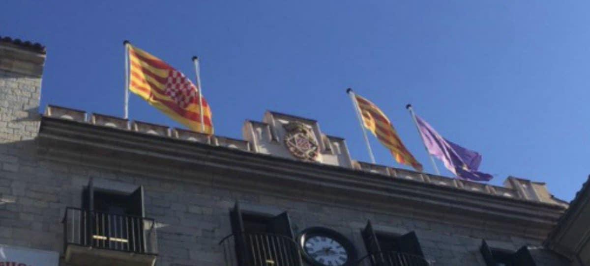 Ayuntamientos catalanes quitan las banderas de España de sus fachadas