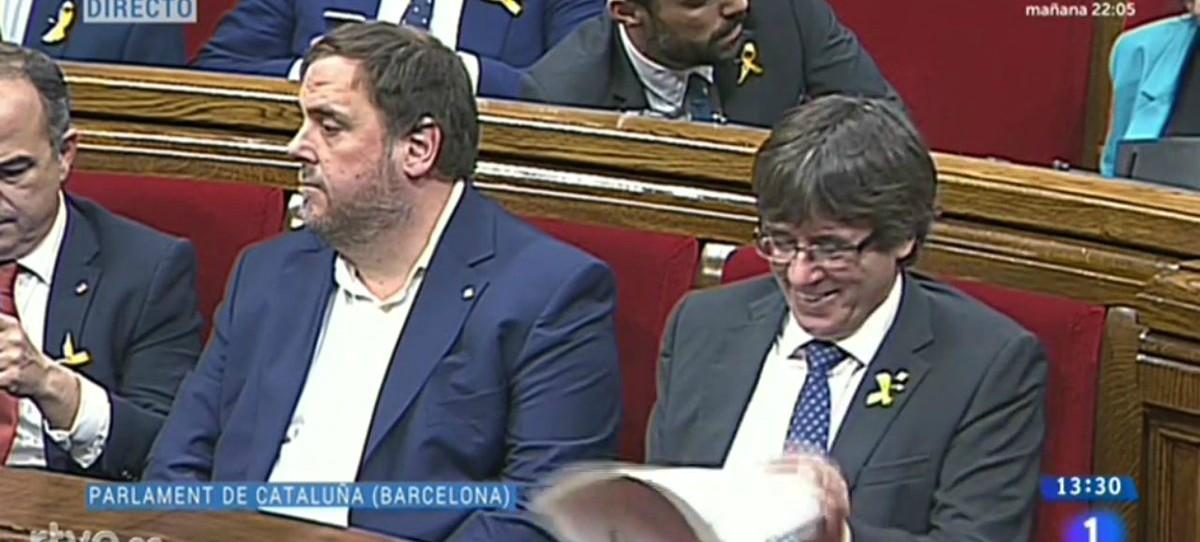 Las carcajadas de Puigdemont en el Parlament mientras España se divide