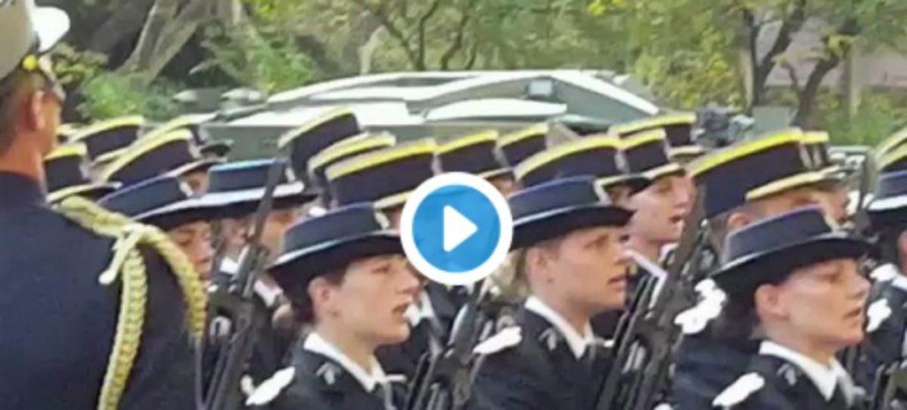 Los gendarmes franceses cantan el himno de la Guardia Civil