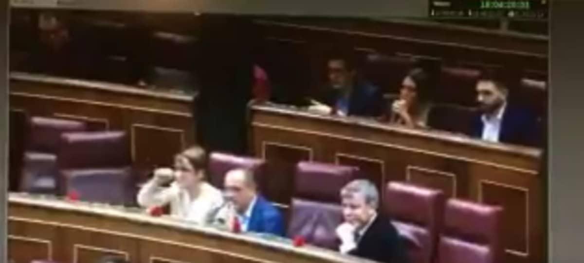 Corte de mangas de la independentista Lourdes Ciuró a Toni Cantó tras ridiculizarla