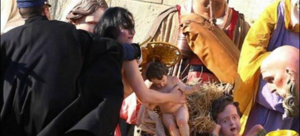 Una feminazi intenta llevarse el niño Jesús del belén del Vaticano