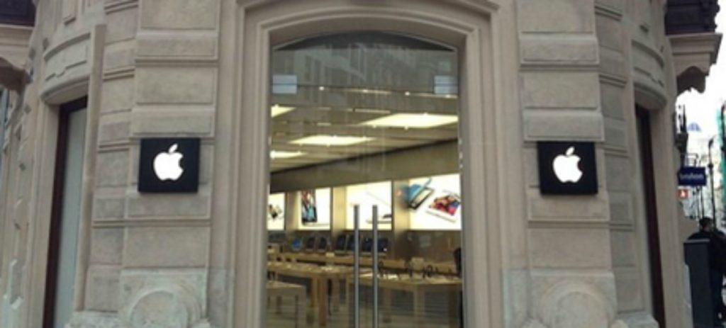 La explosión de una batería de iPhone obliga a desalojar una tienda de Apple en Valencia