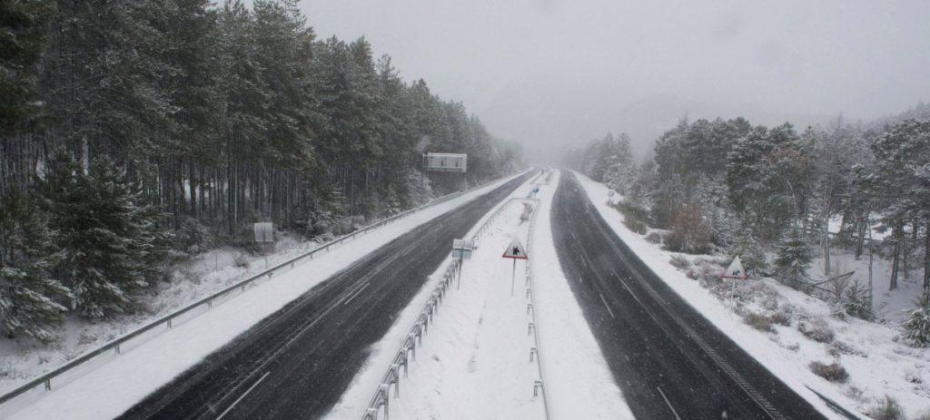 Tráfico estudia obligar por ley a llevar equipados los coches ante nevadas