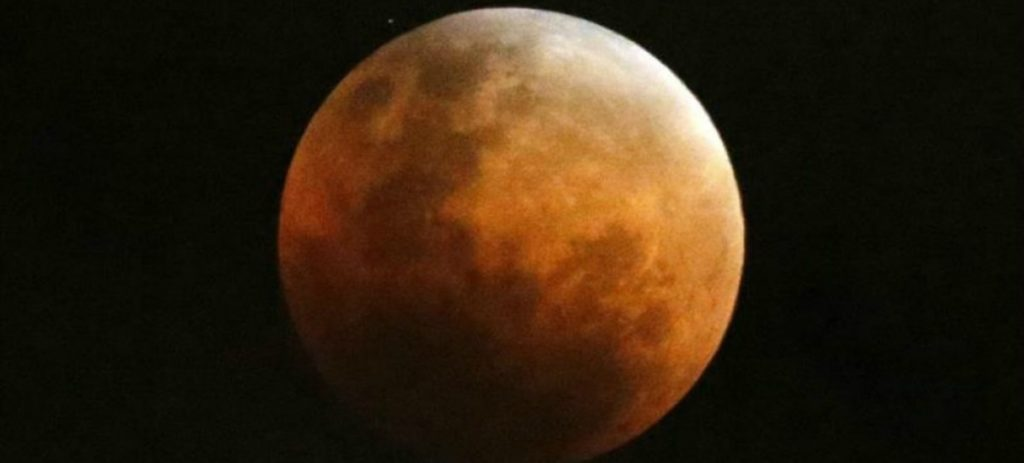 Enero se despide con una superluna con eclipse total