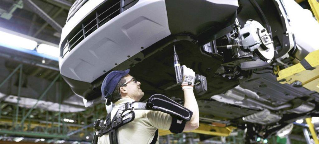 La planta Ford de Valencia es la primera en el mundo en integrar exoesqueletos en sus líneas de montaje