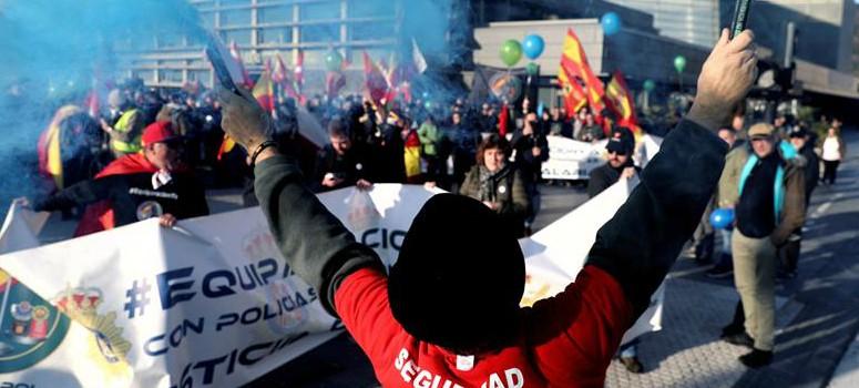 La manifestación de guardias civiles y policías obliga a Otegi a suspender un acto
