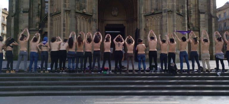 Feministas se desnudan ante la catedral de San Sebastián en respuesta a Munilla