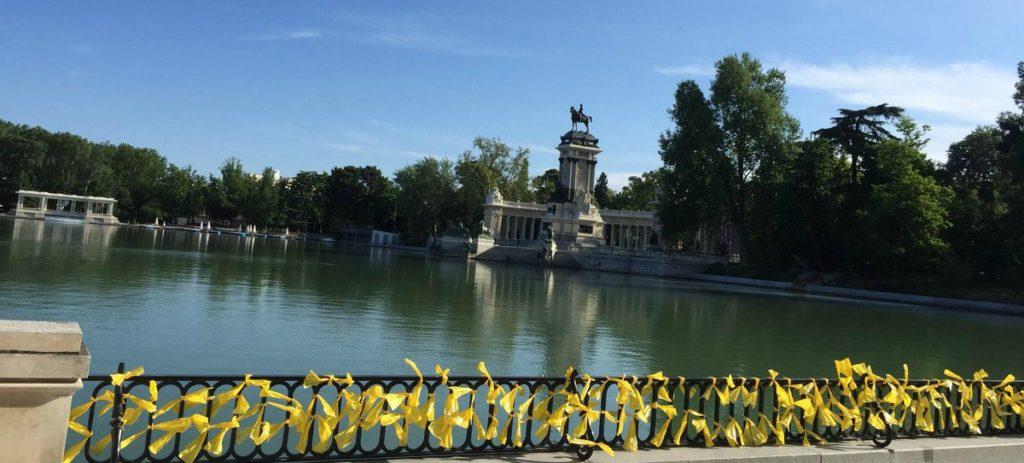 El parque del Retiro de Madrid se inunda de lazos amarillos