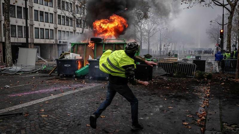 Macron se plantea decretar el estado de emergencia tras la revuelta de los chalecos amarillos