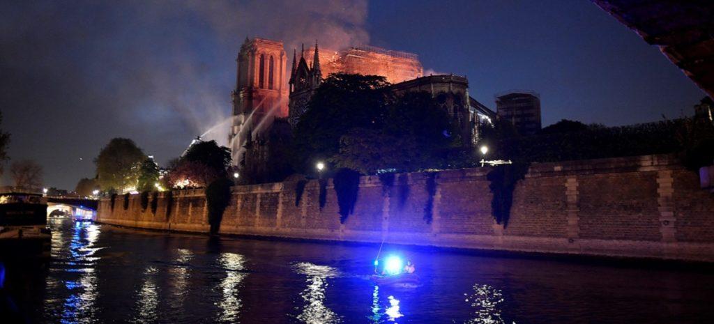 Los bomberos no aseguran poder parar la propagación del incendio de Notre Dame